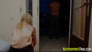 Gorgeous Aussie model gets soaked in fresh piss