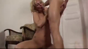 Mature wife Quinn Wilde deepthroats her man's cock enjarza it wite